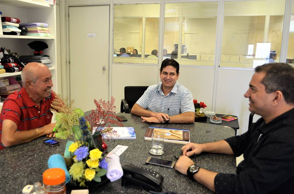 O presidente Clovis Silveira, e o pré-candidato ao Governo de Sergipe, Mendonça Prado, fizeram uma visita de cortesia na manhã desta quinta-feira, 7, ao empresário Marcos Franco, r